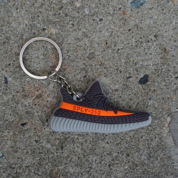 6ccc4c162b9 Adidas Yeezy Boost 350 V2 Beluga Shoe Keychain. M 5b22e018c89e1d05e447a08e